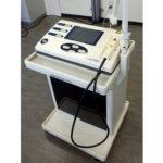 【レーザー治療器】高出力レーザーがピンポイントに深部に浸透することで、炎症を減弱させ痛みを緩和します。
