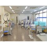 【リハビリ室】明るく開放的な室内で物理療法(器械を使用した治療)を行います。