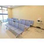 【待合室】ゆったりとした待合室は車椅子のままお入りいただけます。